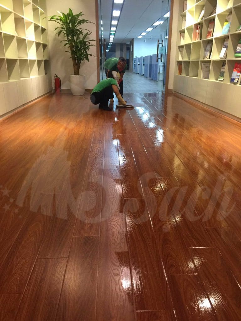 Đánh bóng sàn gỗ giúp mang lại bề mặt sàn sáng bóng, láng mịn như ngày đầu