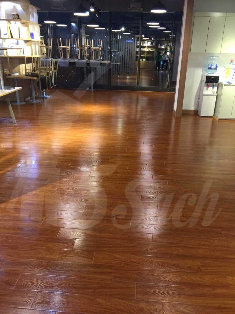 Đánh bóng sàn gỗ giúp trả lại bề mặt sáng bóng, láng mịn