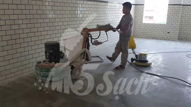 Làm sạch bề mặt sàn bằng máy móc chuyên dụng