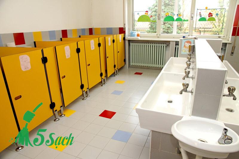 Làm sạch nhà vệ sinh chung