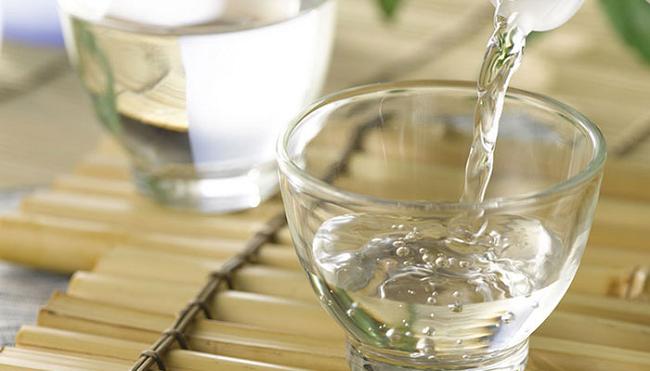 Ngâm giấm với nước để tẩy vết ố hiệu quả