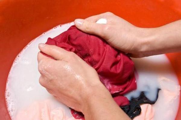 Cách tẩy vết dầu giờ trên áo