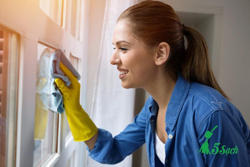 Dịch vụ lau kính chung cư vệ sinh của 5 sạch