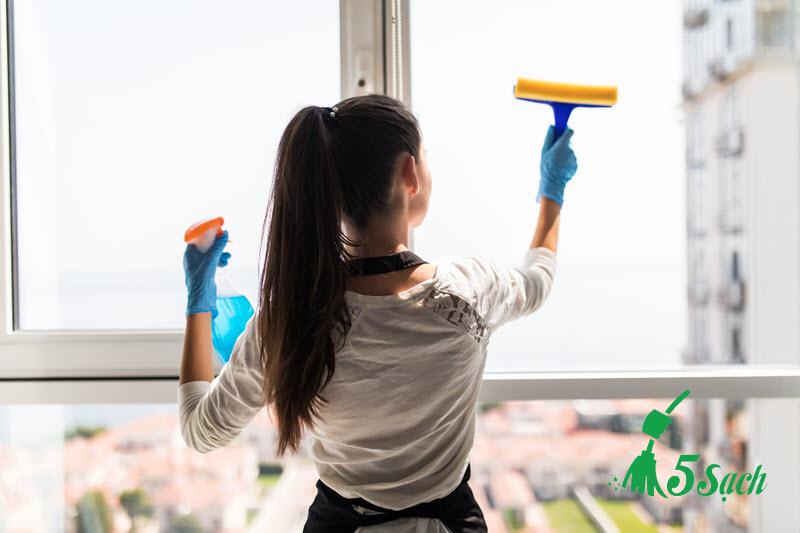 Khi nào nên sử dụng dịch vụ lau kính cho căn hộ?