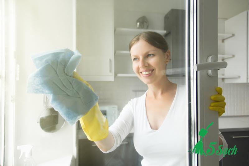 Dịch vụ lau kính căn hộ của 5 Sạch