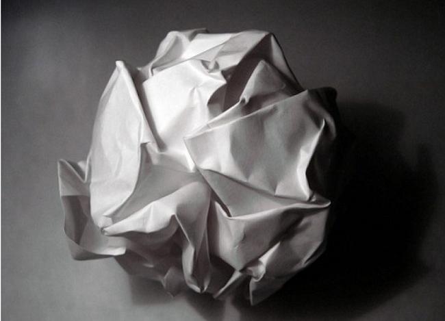 Vò giấy báo để kính không bị xước khi lau